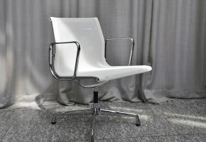 Eames Aluminium Chairs EA 107 von Vitra